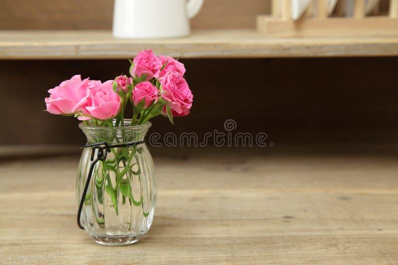 Boeket van rozen in een glasvaas royalty-vrije stock foto's