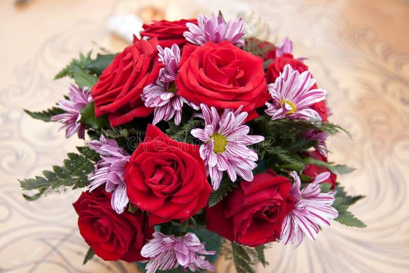 Boeket van rozen en chrysanten stock foto's