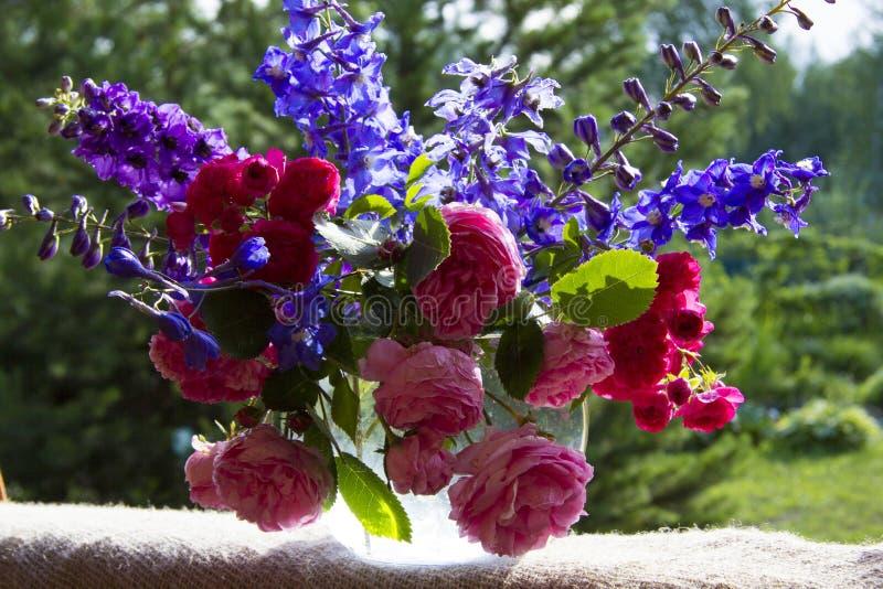 Boeket van rozen en clematissen royalty-vrije stock afbeelding