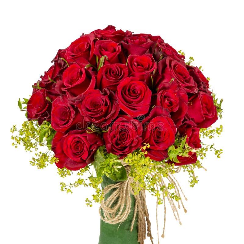 Boeket van tot bloei komende donkerrode die rozen in vaas op witte achtergrond wordt geïsoleerd royalty-vrije stock foto's