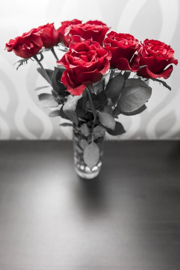 Boeket van tot bloei komende donkerrode rozen in vaas royalty-vrije stock foto