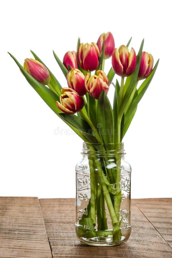 Boeket van tulpen in een metselaarkruik royalty-vrije stock foto