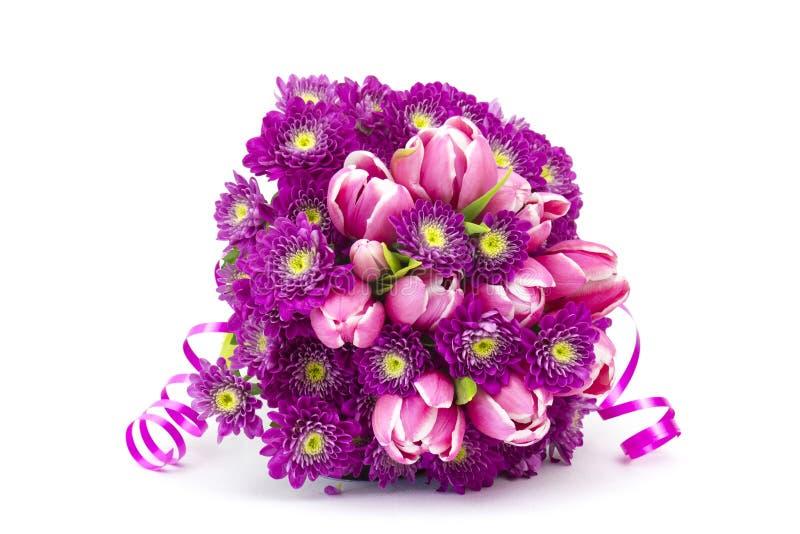 Boeket van tulpen en chrysantenbloemen die wordt gemaakt stock foto