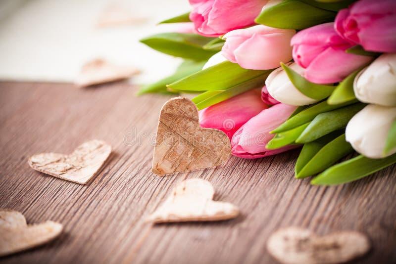 Boeket van tulpen en een hart stock afbeeldingen