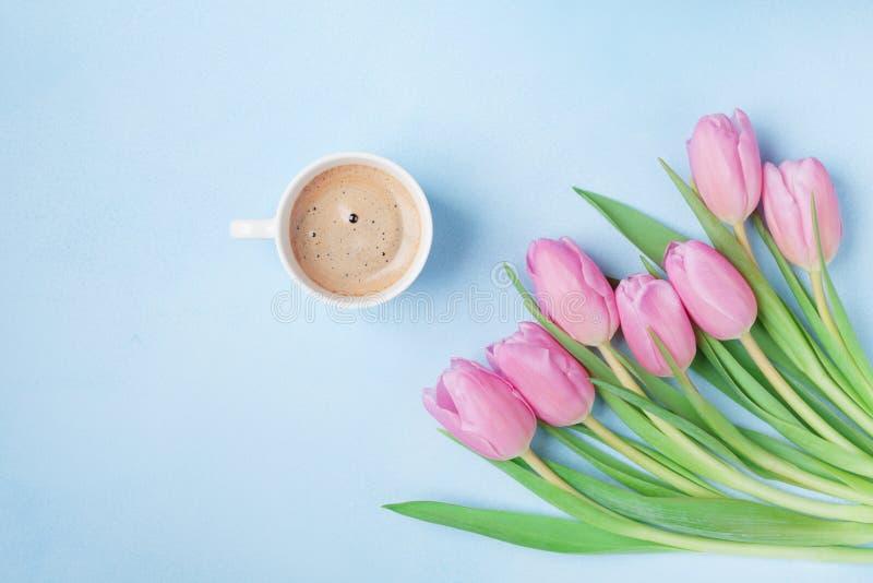 Boeket van tulpen en koffiekop op blauwe de bovenkantmening van de pastelkleurlijst Mooi de lenteontbijt op Moeders of van de Vro royalty-vrije stock afbeeldingen