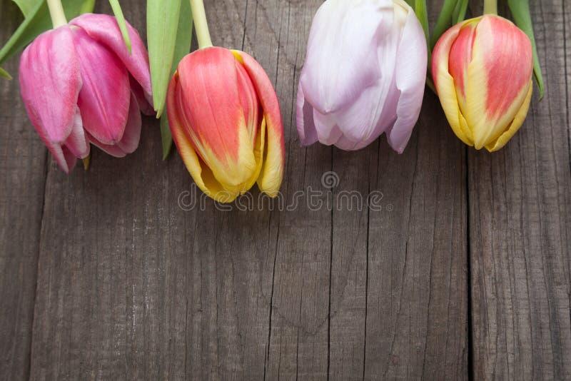 Boeket van tulpen van de lentebloemen op oude houten raad op holid royalty-vrije stock afbeelding