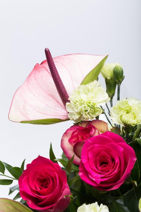 Boeket van verse rode rozen en anthurium royalty-vrije stock foto's