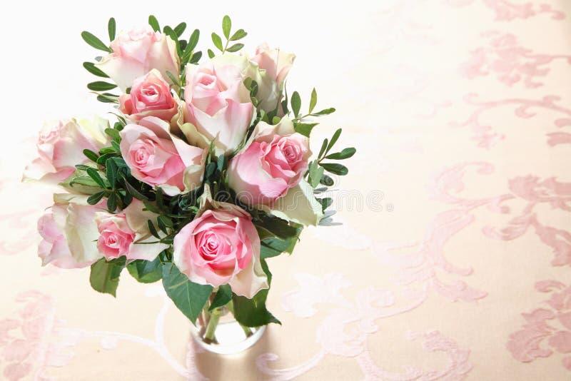 Boeket van verse roze rozen royalty-vrije stock afbeelding
