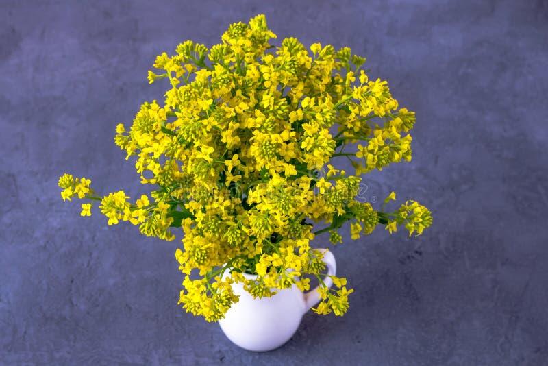 Boeket van wilde bloemen in een vaas royalty-vrije stock afbeeldingen
