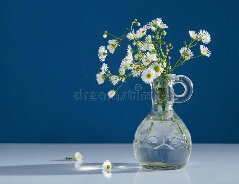 Boeket van wilde bloemen in vaas stock fotografie