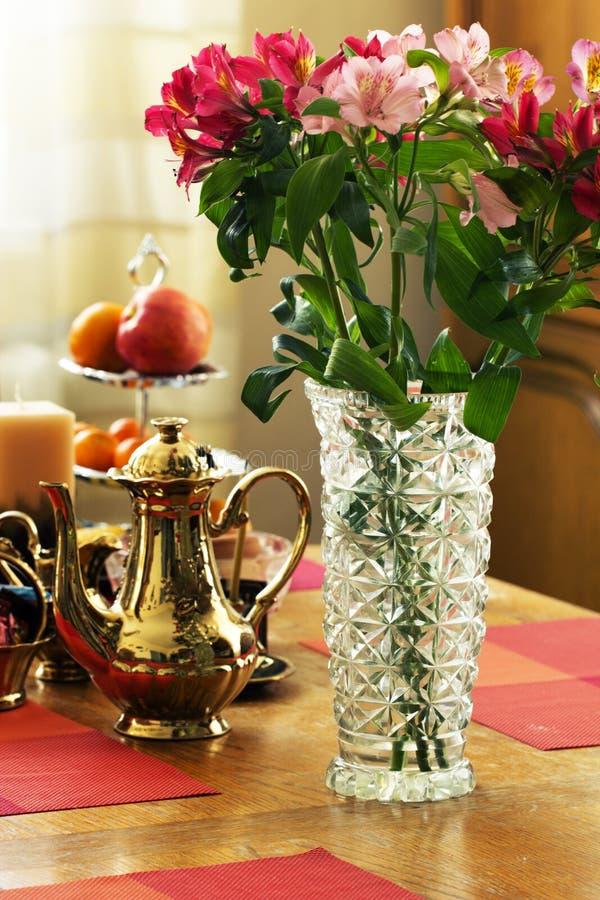Boeket van wilde orchideeën in vaas van glas royalty-vrije stock afbeeldingen