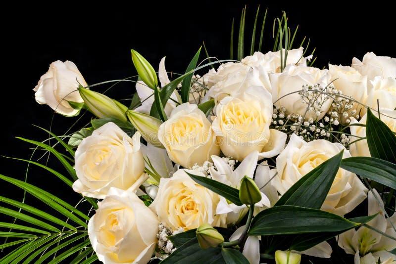 Boeket van witte bloemen op zwarte royalty-vrije stock foto