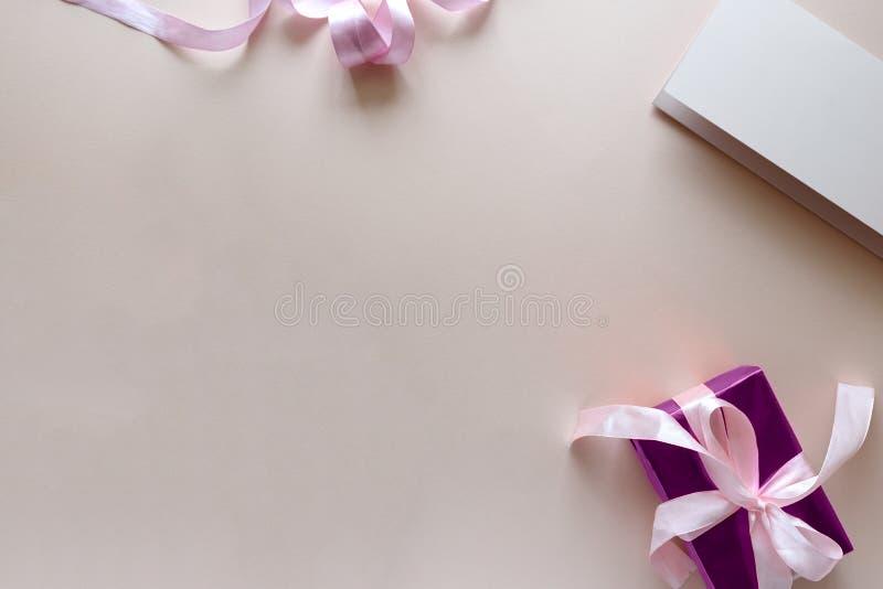 Boeket van witte en purpere tulpen, giftvakje en leeg document op roze achtergrond Hoogste mening Vlak leg De ruimte van het exem stock foto's
