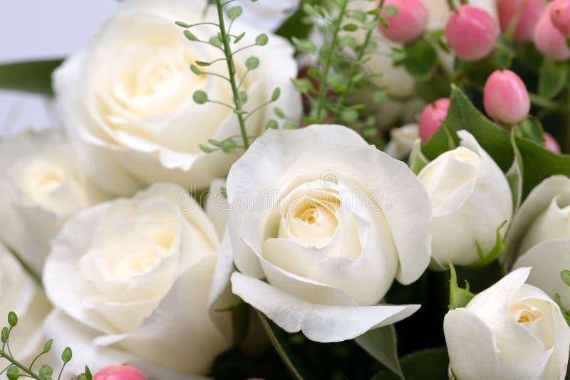 Boeket van witte rozen stock afbeelding