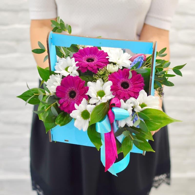 Boeket van zachte bloemen in blauwe woodwndoos stock afbeelding