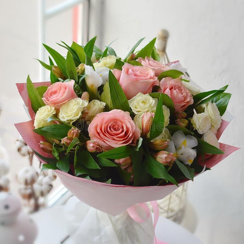 Boeket van zachte bloemen met rozen royalty-vrije stock foto's
