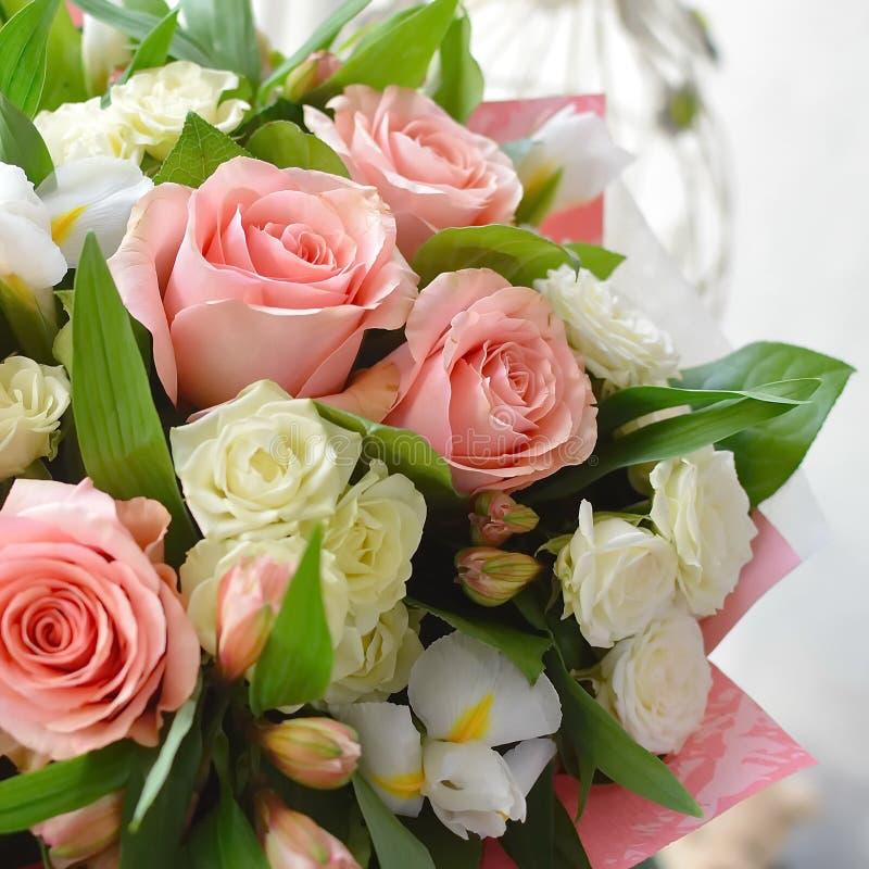Boeket van zachte bloemen met rozen stock afbeelding
