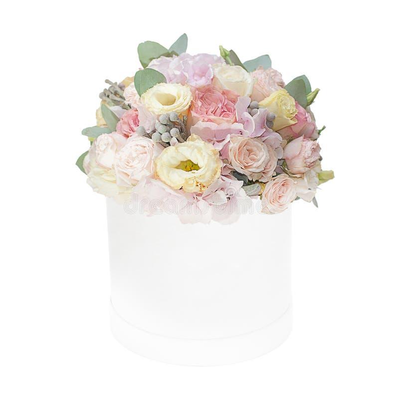 Boeket van zachte die bloemen in de doos op witte achtergrond wordt geïsoleerd royalty-vrije stock afbeeldingen