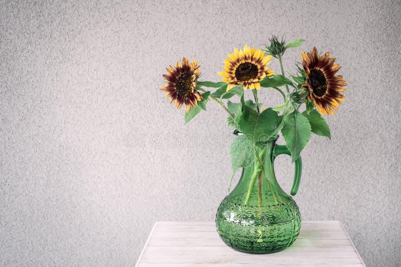 Boeket van zonnebloemen in een groene vaas stock foto