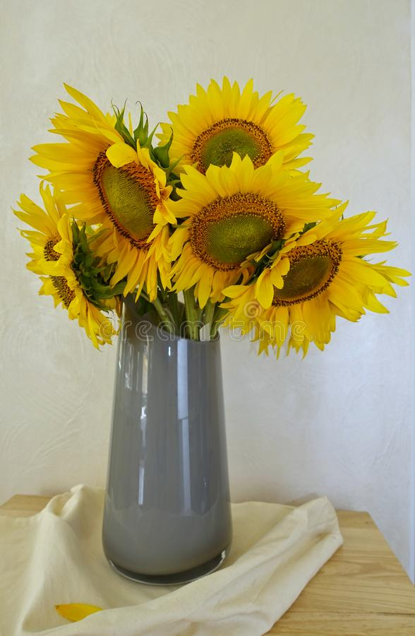 Boeket van zonnebloemen in een vaas royalty-vrije stock foto's