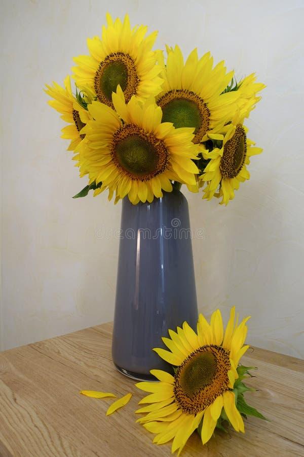 Boeket van zonnebloemen in een vaas stock foto