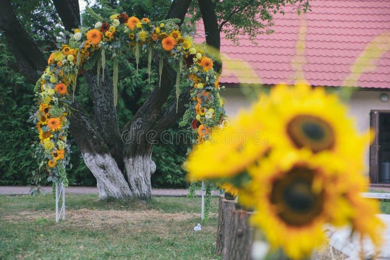 Boeket van zonnebloemen Originele huwelijks bloemendecoratie in de vorm van mini-vazen royalty-vrije stock foto