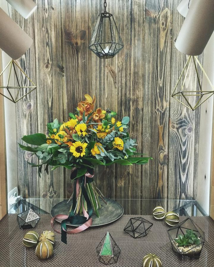Boeket van zonnebloemen, ranunkulyus, orchidee, monstera, eucalyptus royalty-vrije stock fotografie