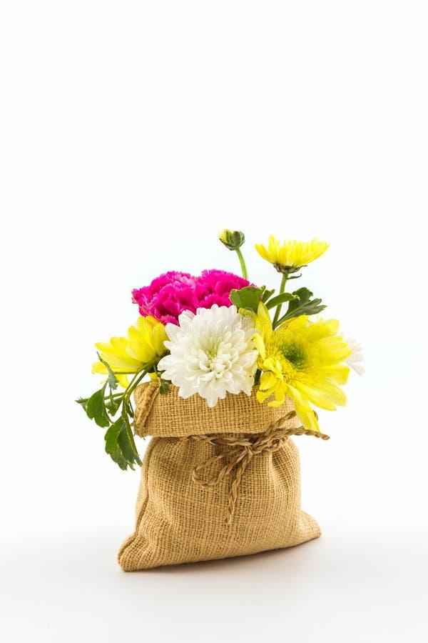 Boeket verse bloemen in zak stock afbeelding