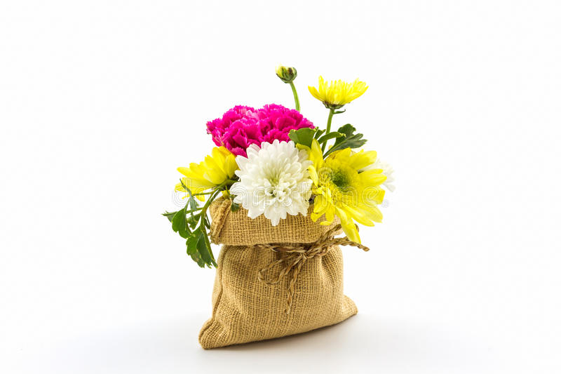 Boeket verse bloemen in zak stock fotografie