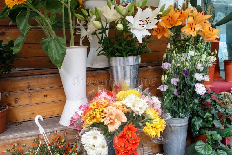 Boeketten van kleurrijke bloemen van een winkel stock afbeelding