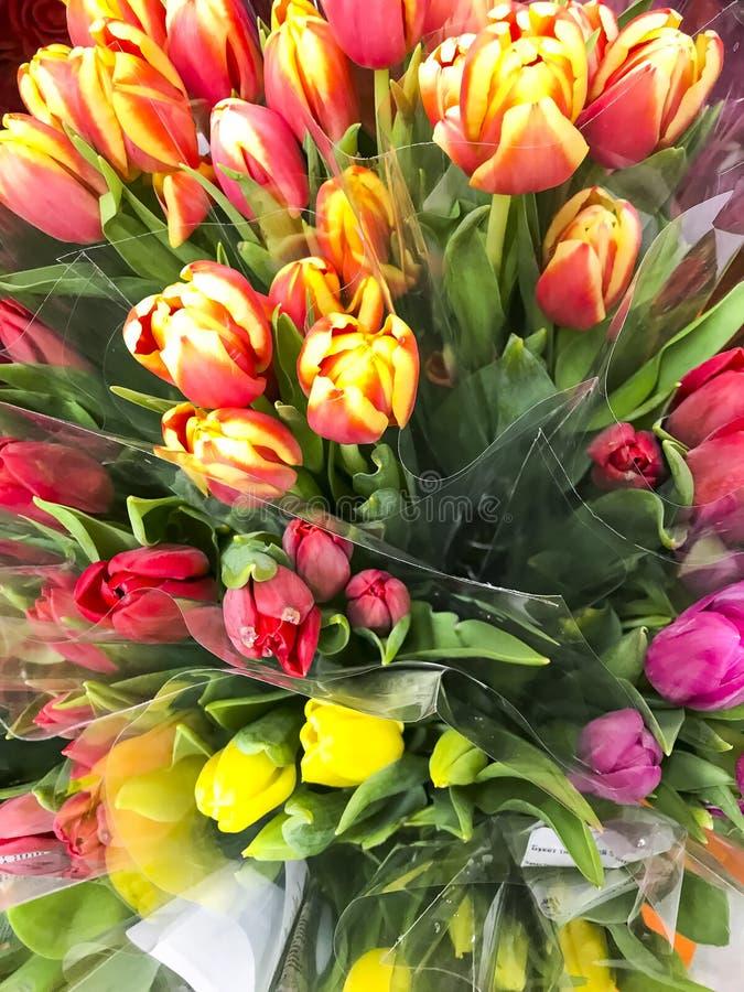Boeketten van mooie multi-colored tulpen voor vakantie, verkoop royalty-vrije stock foto