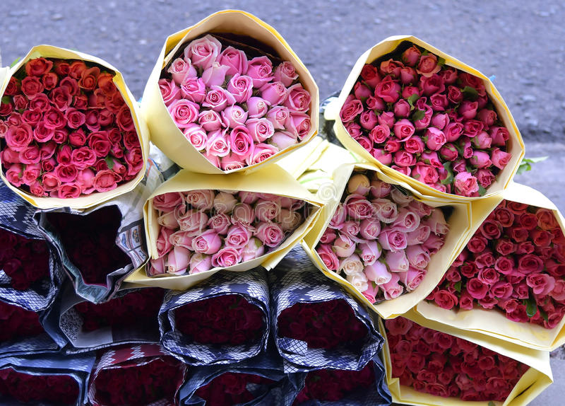 Boekettenrozen voor verkoop bij een florist& x27; s winkel met document royalty-vrije stock afbeeldingen