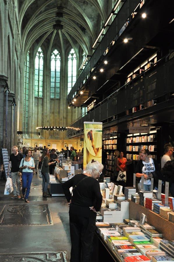 Boekhandel in een oude kerk stock afbeeldingen