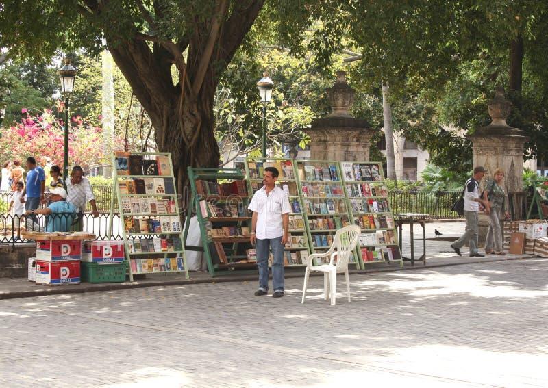 Boekhandelaar bij tweedehandse bookmarket in Havana royalty-vrije stock foto