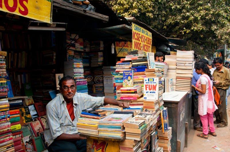 Boekhandelaar die op customerson de straatmarkt in Kolkata wachten stock afbeeldingen