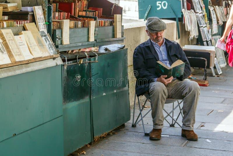 Boekhandelaar op de dijk van de Rivierzegen stock afbeeldingen