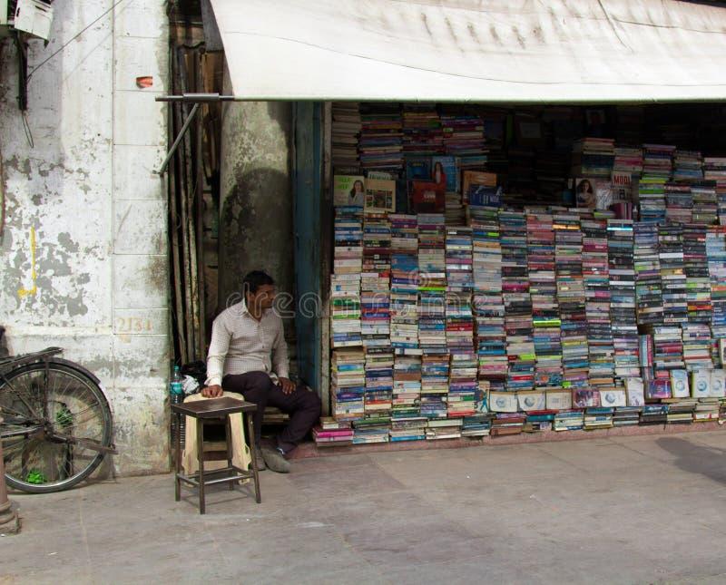 boekhandelaar in zijn straatwinkel royalty-vrije stock fotografie