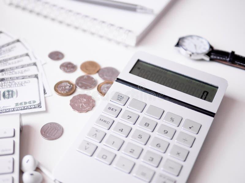Boekhoudingsconcept met toetsenbord, smartphone, notitieboekje, koffiekop, calculator en geld op witte lijstachtergrond royalty-vrije stock fotografie