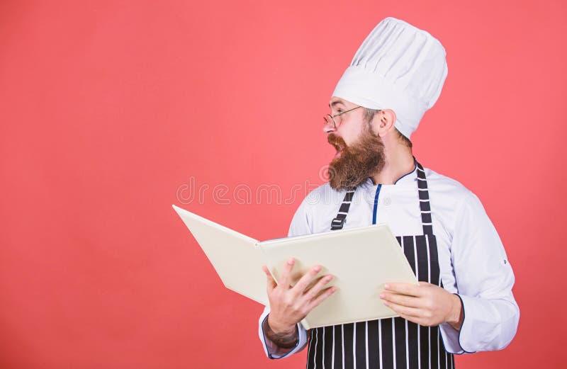 Boekrecepten Volgens recept Kokende voedsel van de mensen het gebaarde chef-kok Culinair Kunstenconcept Amateurkok gelezen boekre stock afbeelding
