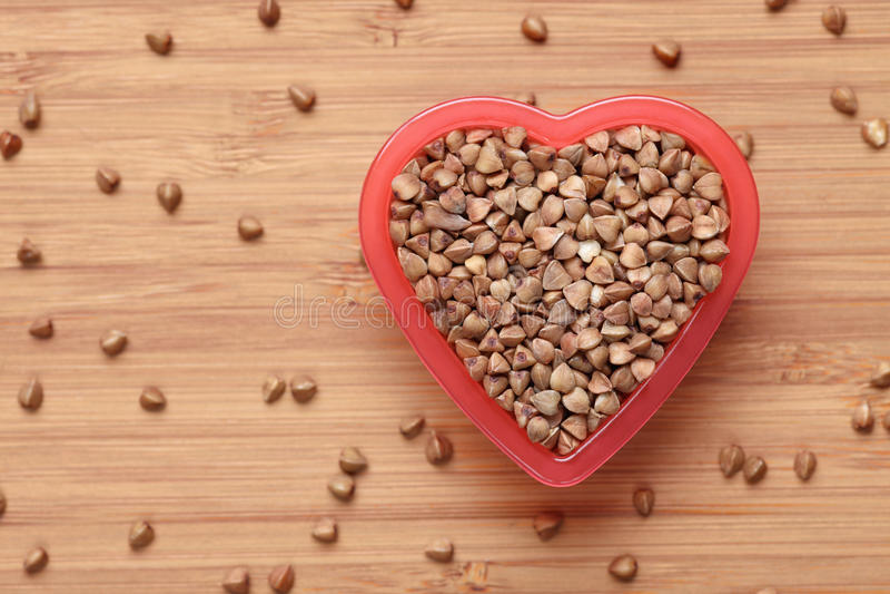 Boekweit in een hartkom stock foto