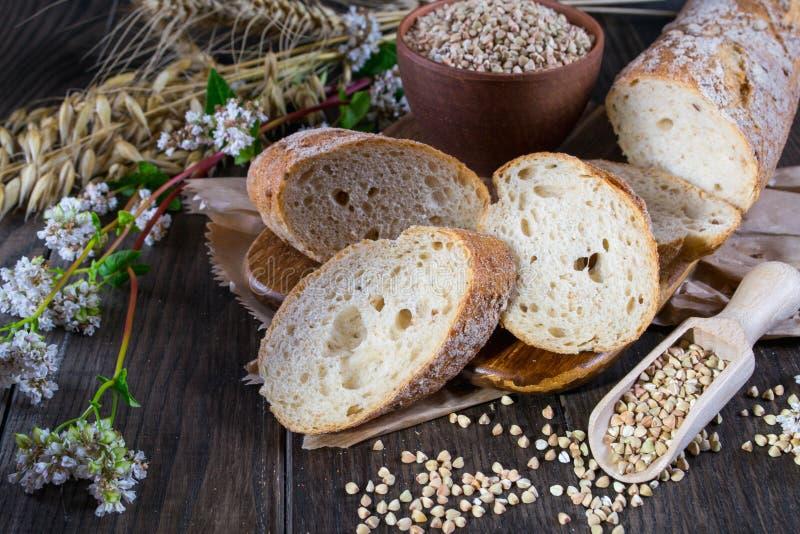Boekweitbrood, Franse baguette en stelen van tarwe, haver, boekweit royalty-vrije stock afbeelding