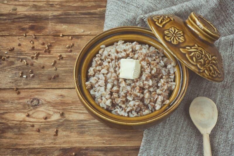 Boekweithavermoutpap in ceramische pot, hoogste mening stock afbeelding