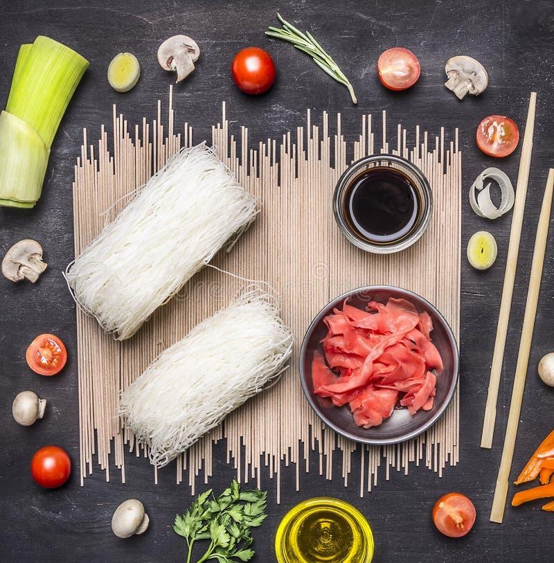 Boekweitnoedels met ingrediënten, glasnoedels met sojasaus en gember, Aziatische keuken op houten rustieke achtergrond hoogste me royalty-vrije stock afbeelding