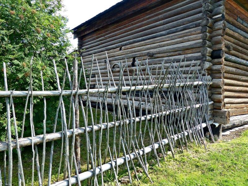 Boerboerderij van de eeuw xviii-Th Een fragment van de voorgevel en de palissade stock foto's