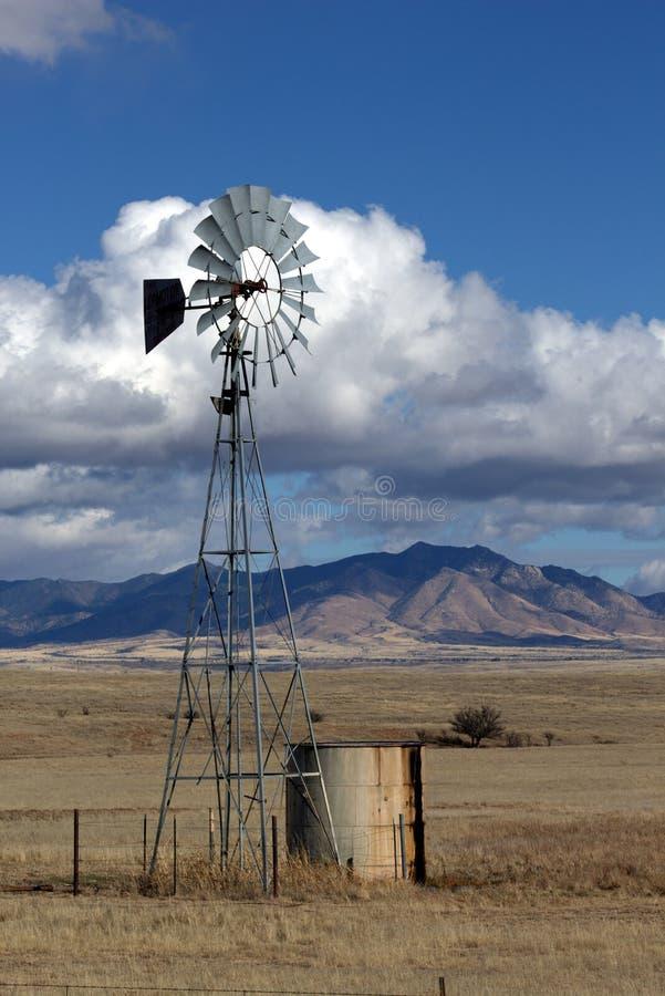 Boerderijwindmolen stock foto's