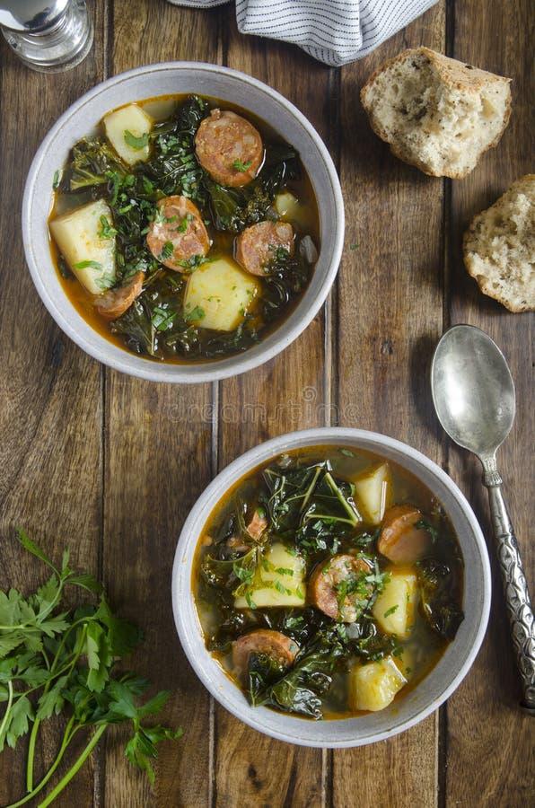 Boerenkool en chorizo soep stock foto's