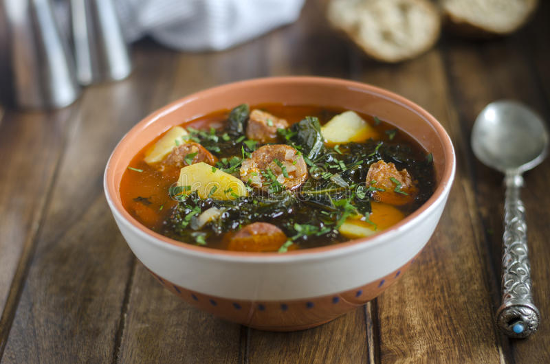 Boerenkool en chorizo soep stock afbeelding