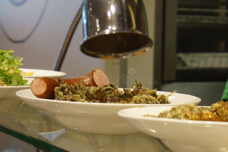 Boerenkool olandese Stamppot ha schiacciato il vaso delle patate miste con cavolo, salsiccia affumicata ad un caffè fotografie stock libere da diritti