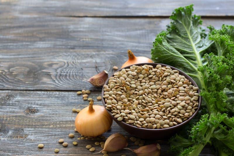 Boerenkoollinzen met uien en knoflook, ingrediënten voor een heerlijke gezonde veganistschotel stock foto
