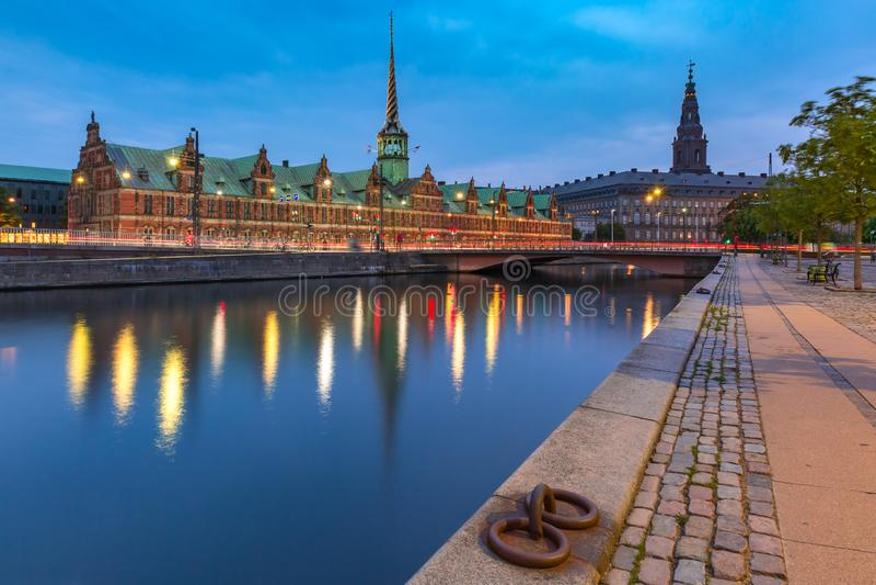 Boersen och Christiansborg i Köpenhamnen, Danmark arkivbilder